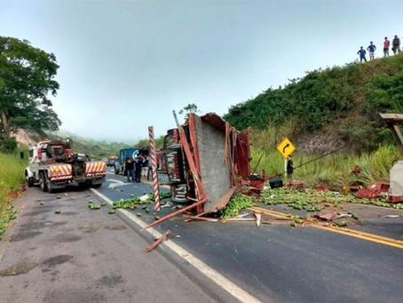 Três pessoas morrem após carreta capotar na BR-101