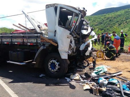 Acidente entre micro-ônibus e caminhão deixa um morto e 32 feridos na Bahia