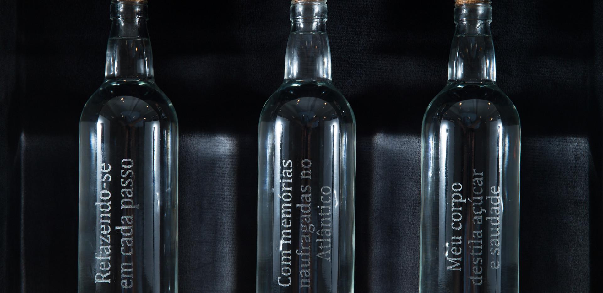 Aguardente / Aguardent (cognac)  | 2018 - Objeto / Object | Cachaça e vidro gravado à laser / Cachaça (cognac) and laser etched glass | 54 x 38 x 14 cm