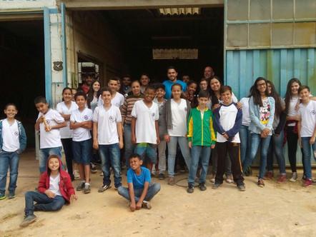 Marcenaria Água Viva recebe visita de alunos de colégio de Ritápolis