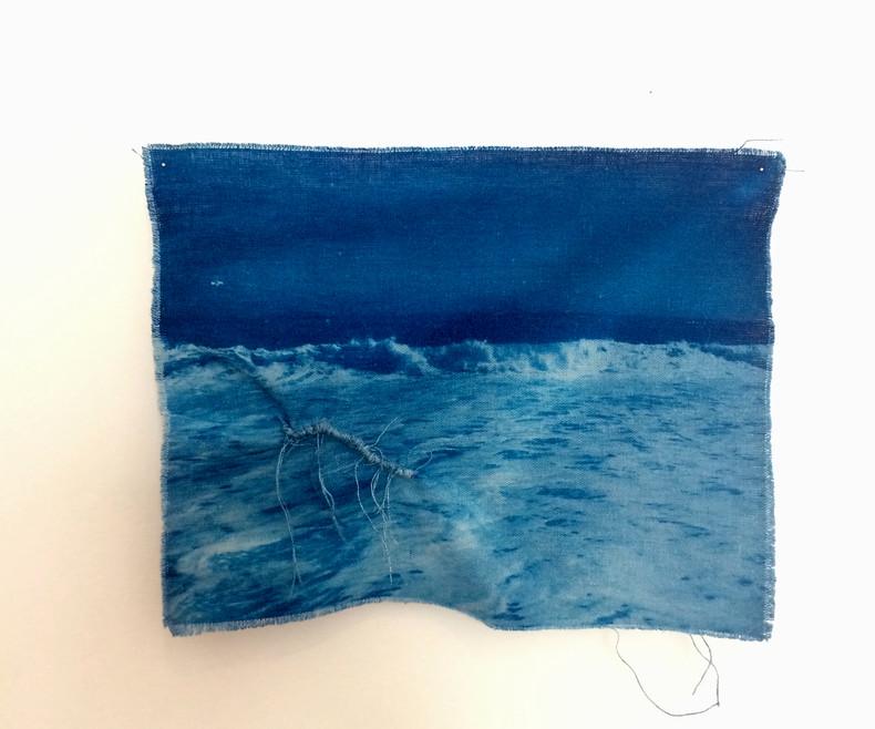 Sem Título: Série das Marés e Correntezas   2018 Cianotipia em linho desfiado / Cyanotype in shredded linen 24 x 18 cm