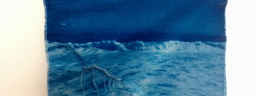 Sem Título: Série das Marés e Correntezas | 2018 Cianotipia em linho desfiado / Cyanotype in shredded linen 24 x 18 cm