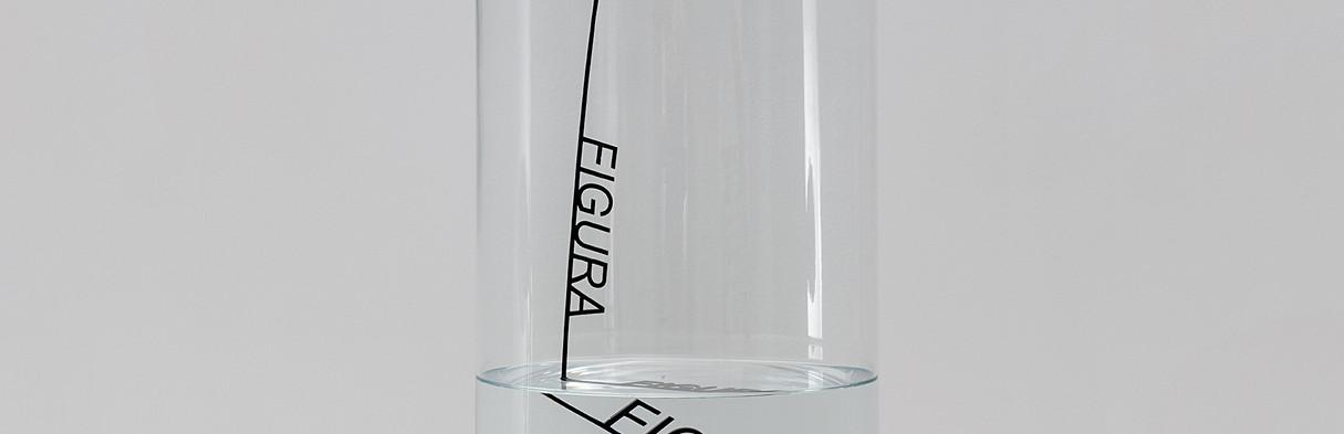 WALTERCIO CALDAS Decanter | 2019 Objeto Técnica água, vidro, acrílico, fio de algodão e madeira Dimensões: 50 x 20 cm (diâmetro) Edição 20 + 3PA Cortesia galeria Carbono