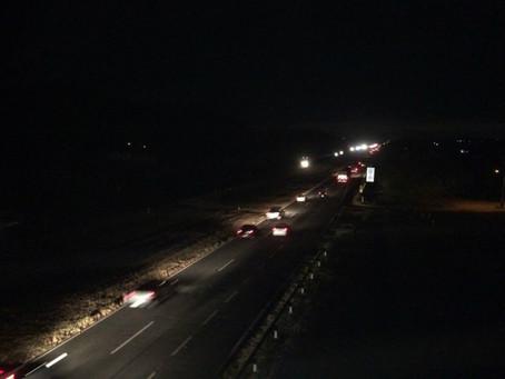 Trio usa carro para fechar BR-324 e rouba veículo no local; ação gerou pânico e motoristas fugiram n