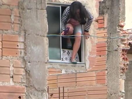 Feita refém pelo ex-marido, mulher pula de janela para fugir