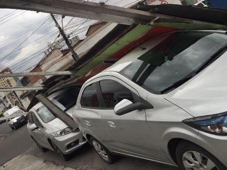 Ventania assusta moradores e derruba outdoor sobre veículos em Feira de Santana