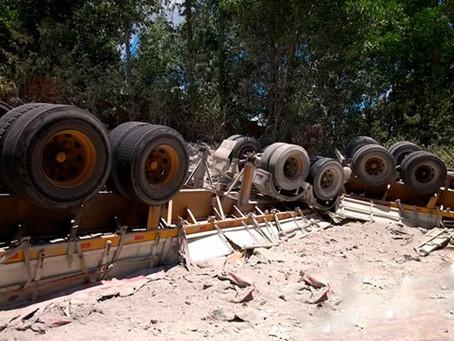 Motorista de carreta morre após veículo capotar na BR-101