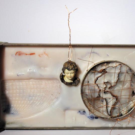 ANNA BELLA GEIGER  Orbis Discriptio n.33  | 1999 gaveta de arquivo de ferro, encáustica, folha de flandres, fios de cobre, metais e gesso  16 x 43 x 7 cm