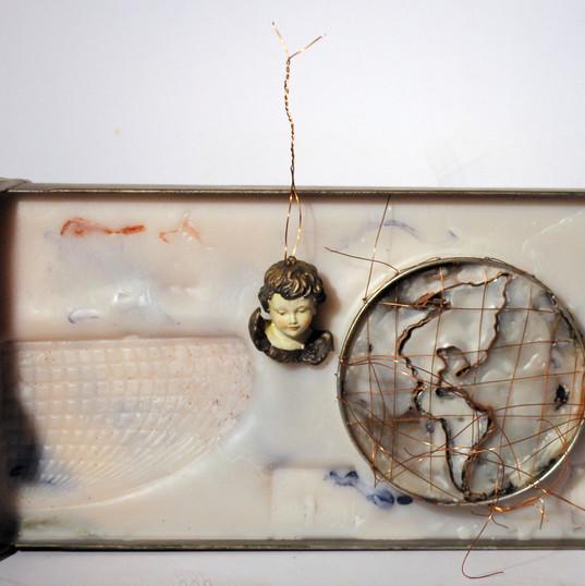 ANNA BELLA GEIGER  Orbis Discriptio n.33    1999 gaveta de arquivo de ferro, encáustica, folha de flandres, fios de cobre, metais e gesso  16 x 43 x 7 cm