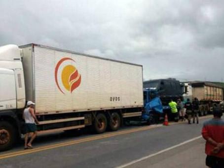 Engavetamento entre três veículos deixa duas pessoas feridas na BR-116