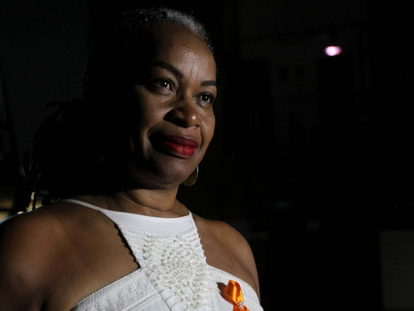 Secretária denuncia agressões racistas após mulher dizer que ela tinha que 'voltar para favela&#