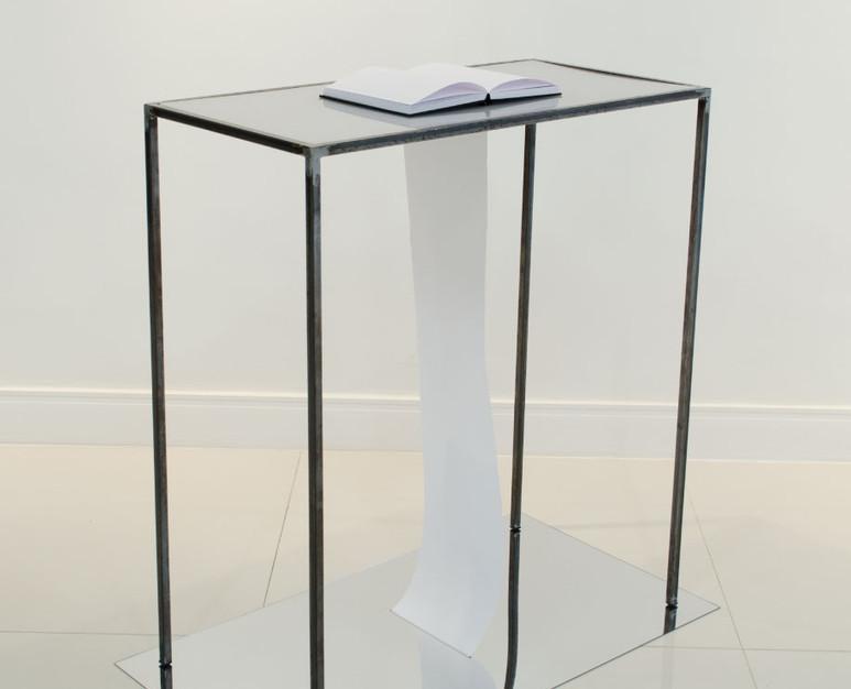 Sem título (Longe dos olhos) | 2019 Estrutura de metal, papel e acrílico 90 x 50 x 90 cm