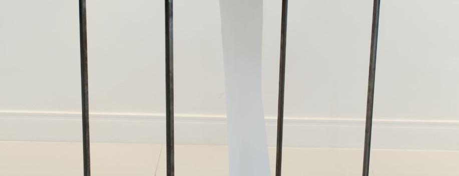 Sem título (Longe dos olhos)   2019 Estrutura de metal, papel e acrílico 90 x 50 x 90 cm