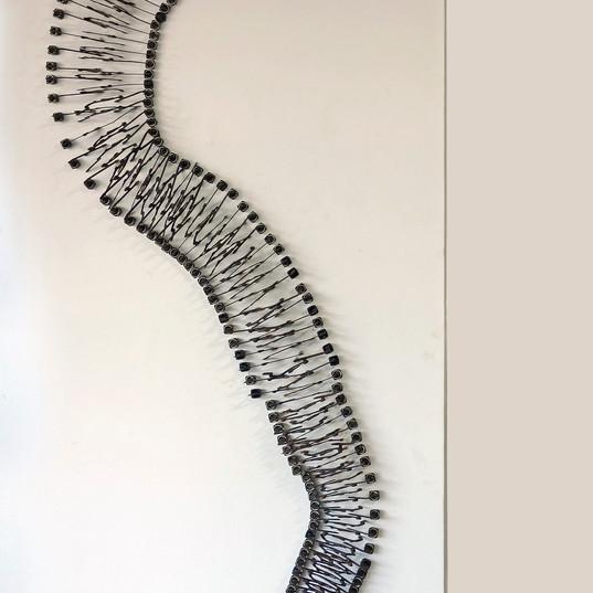 HELENA TRINDADE  Vírus (de parede) | 2018 Escultura de teclas de máquinas de escrever e suas hastes extensão 190 cm montada 140 x 70 x 06 cm