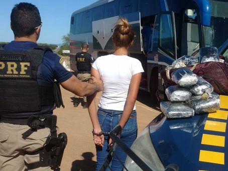 Jovem de 22 anos é presa em ônibus com quase 6 kg de maconha em bolsa