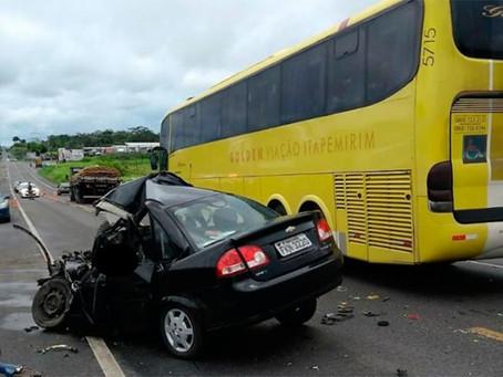 Motorista morre após carro colidir contra ônibus na BR-101