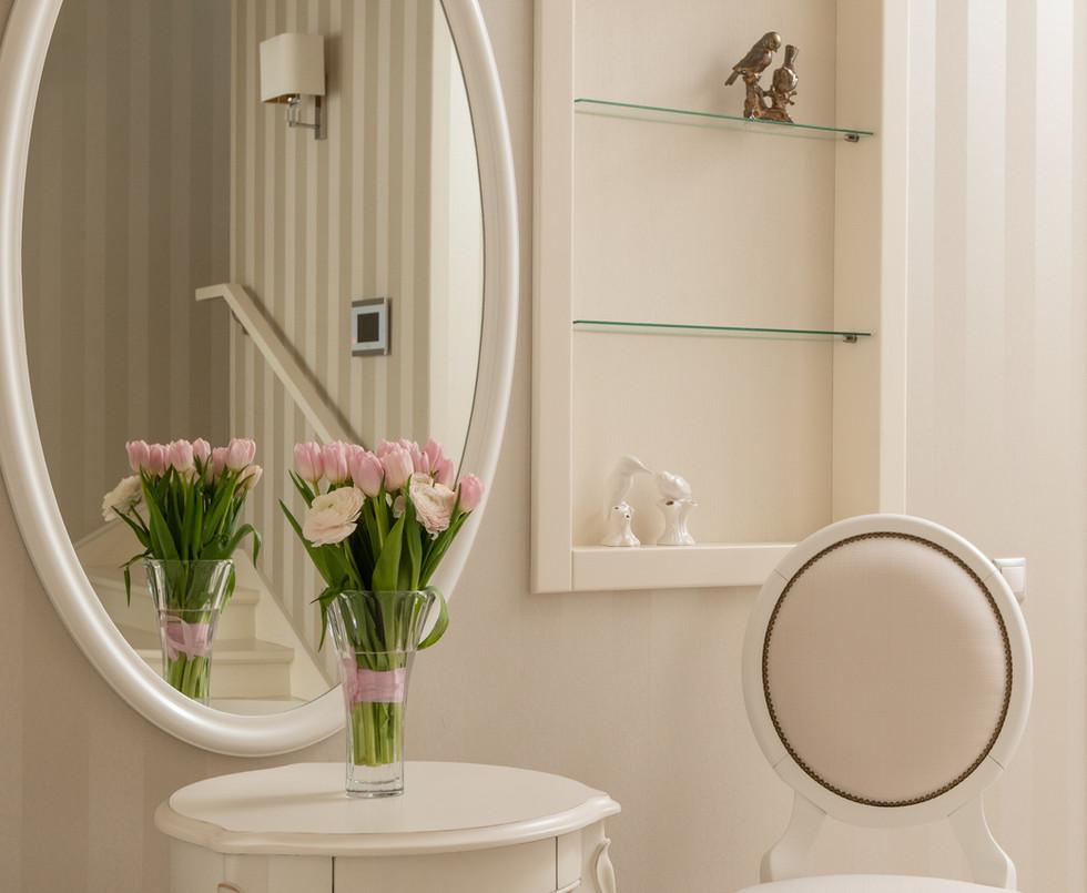 Букет с цветами на туалетном столике