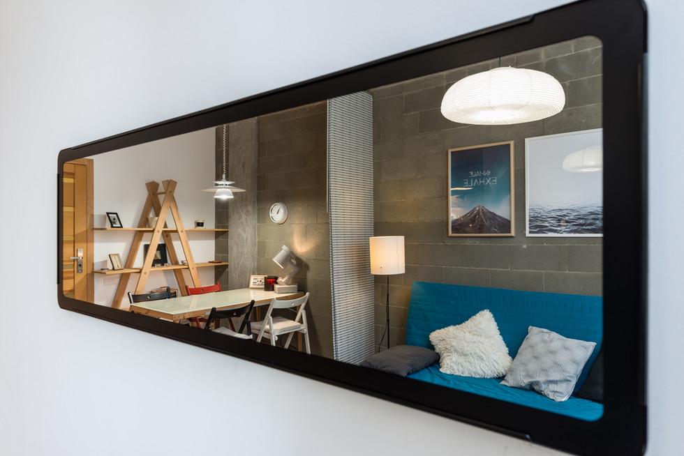 Отражение комнаты в зеркале