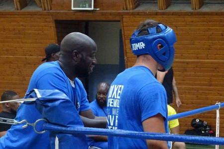 Le coach Moussa et son protégé Raphaël Lopez durant le combat d'exhibition
