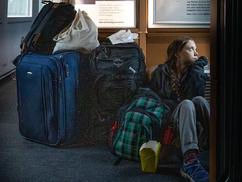 A vonat padlóján ülve tweetelt Greta, majd átült az első osztályra