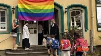 Szivárványos zászló alatt kellett bevonulni az iskolába az elsősöknek