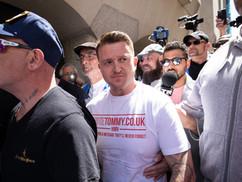 Tommy Robinson elhagyja Angliát, miután a felesége ingatlanját megpróbálták felgyújtani