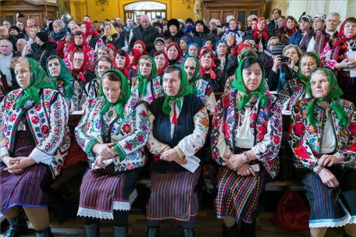 Résztvevők moldvai csángó népviseletben az első magyar nyelvű római katolikus szentmisén