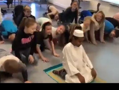 Folyik az átnevelés Svédországban: ötödikes iskolásokat tanítanak imaszőnyegen térdepelni Mekka felé