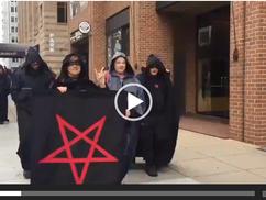 A nap groteszk híre: a Sátánista Egyház körmenetet tartott Trump ellen