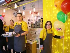 Hírességek segítettek a fogyatékkal élőknek a kávéház üzemeltetésében
