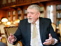 A miniszter szellemi ősükkel, Leninnel válaszol az ellenzékieknek