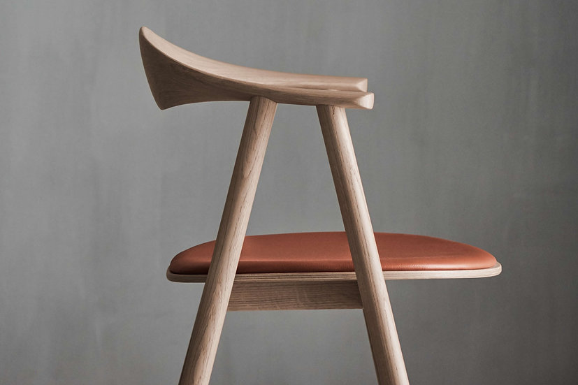 bolia swing dining chair in oiled oak side view