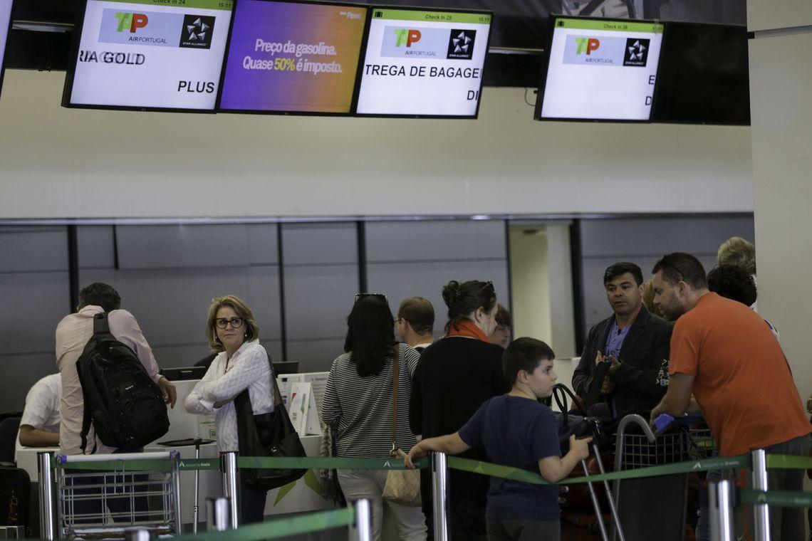 Gastos com viagens ao exterior caem em s