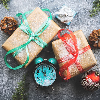 christmas-gifts-with-ribbons-and-snow-clock-UVGPCMP.jpg