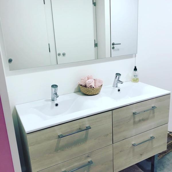 2 WCs ( dont un WC PMR ) et 2 douches
