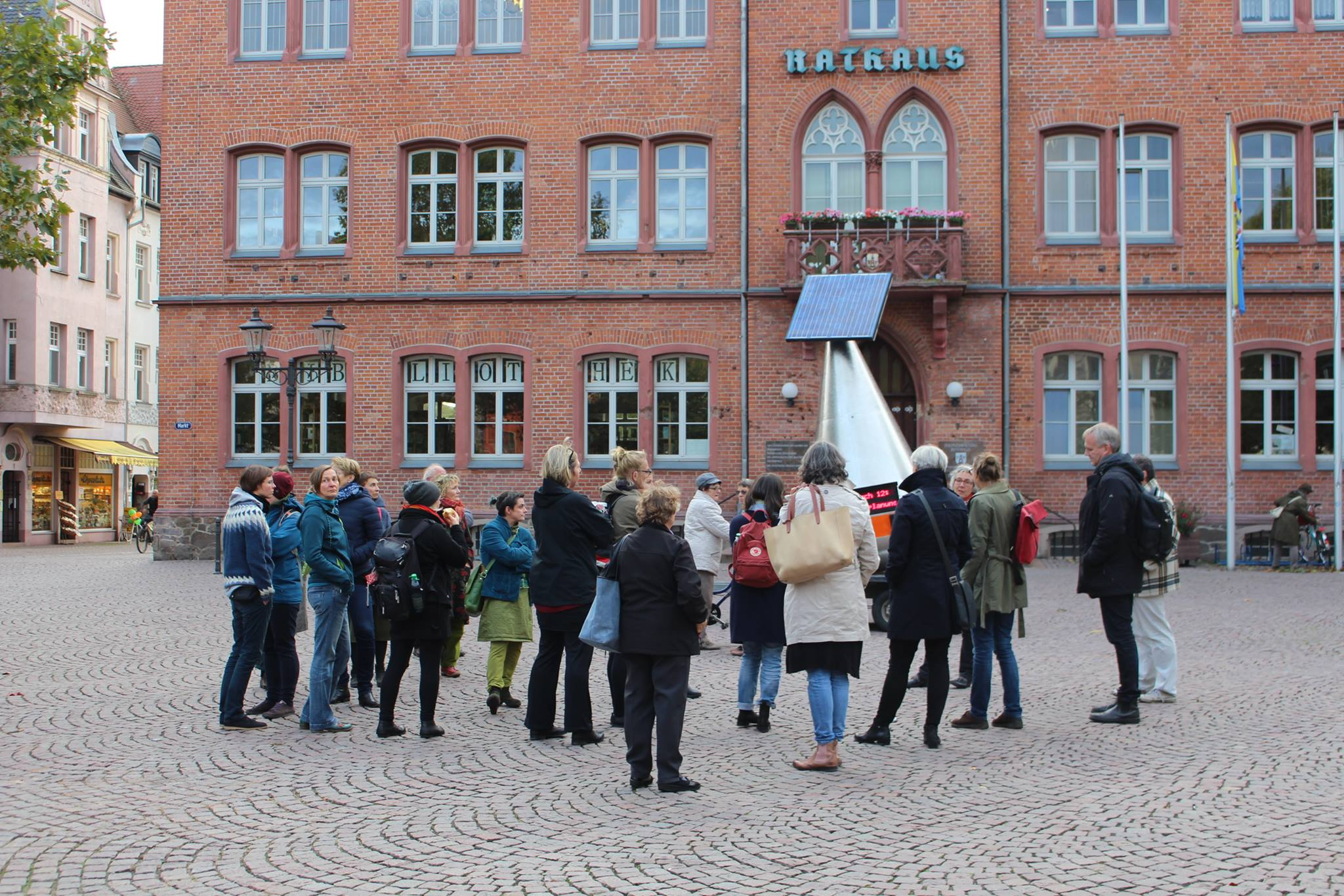 Wanderboje auf dem Marktplatz