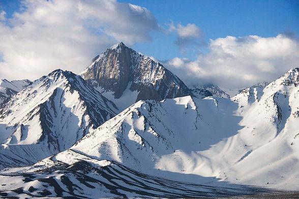 Picos de montaña nevados