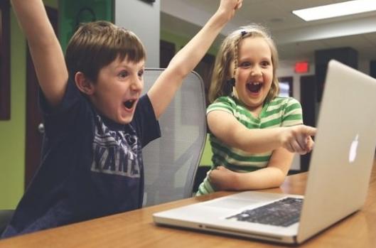 토토사이트,메이저놀이터,파워볼사이트 게임을 하며 즐거워하는 아이들