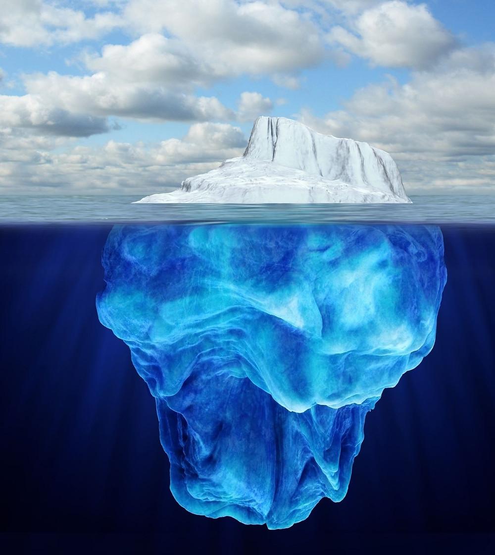 Gigantischer Eisberg unter und über Wasser