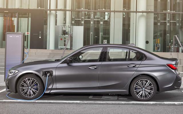 BMW anuncia recall para carros eletrificados por curto ao carregar bateria