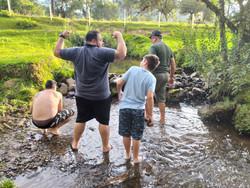 Fazendo barragem no riacho