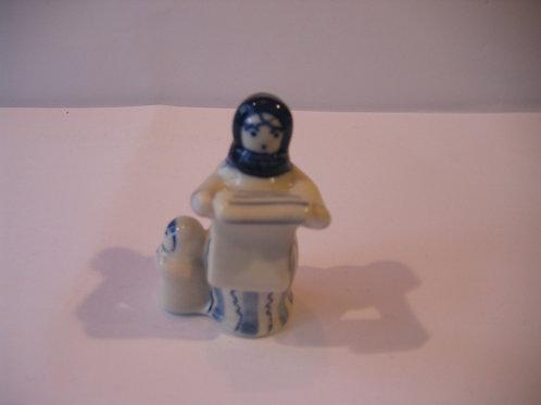Porcelaine de Gjel - La lectrice et son enfant....
