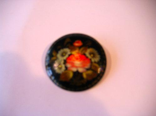 Broche ronde avec décor floral et nacre