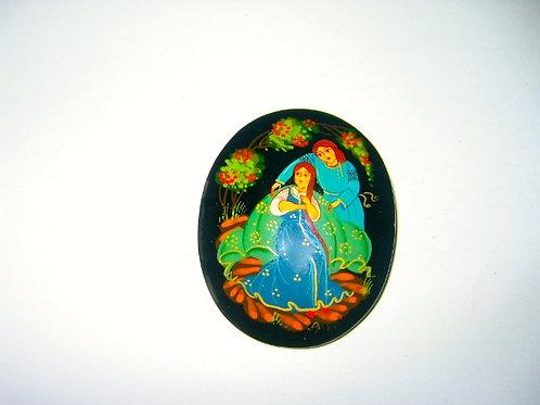 Broche russe couple avec robe bleue châle vert.