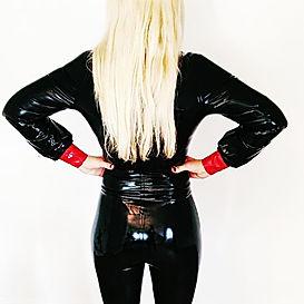 Die blonde Göttin - Lady Addison - hat kein Erbarmen. Sie zerquetscht ihre kleinen Sklaven mit ihrer blosen Anwesenheit. Im Latex-Outfit ist sie besonders streng!