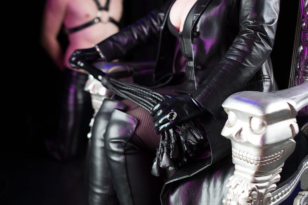 Lady Addison befehligt ihre Sklaven