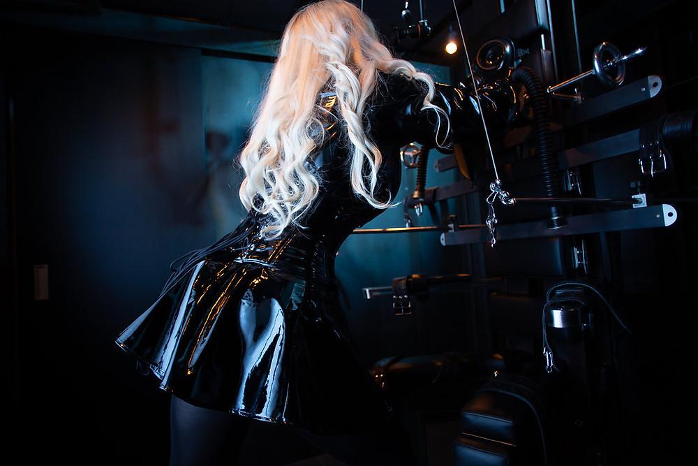 Domina Lady Addison vor ihrem Folterstuhl