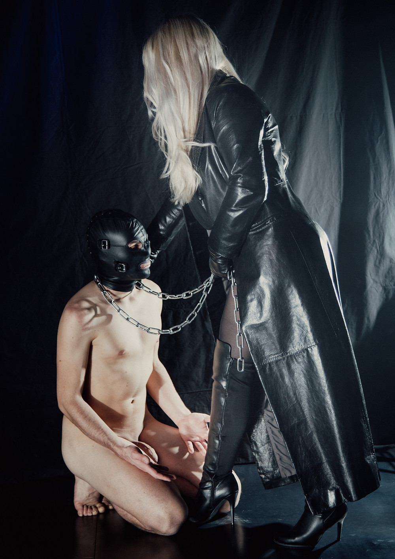Sklave D. knieend vor Lady Addison