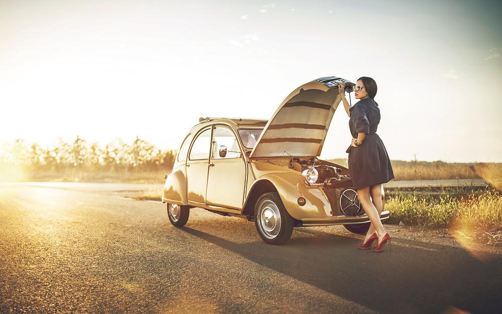 Женщина ремонтирует автомобиль