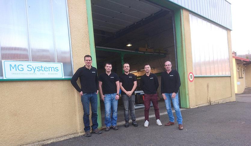 équipe devant l'atelier